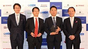 表彰式の様子 山下氏(右)と当社ゼネラルマネージャー